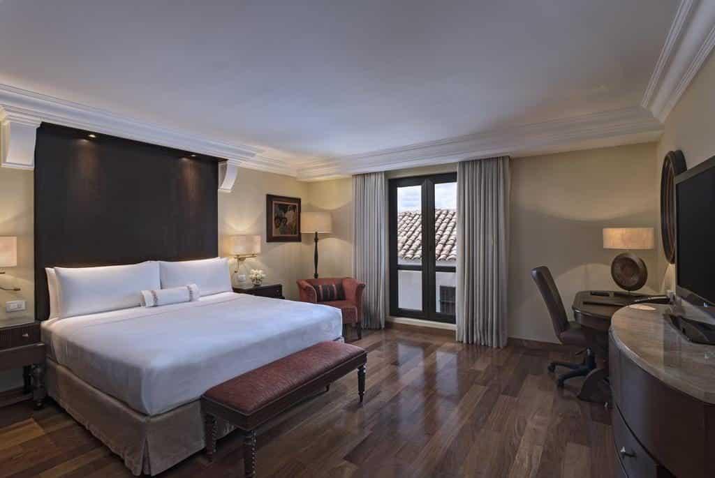 Quarto aconchegante e luxuoso com cama ampla no JW Marriott El Convento em Cusco
