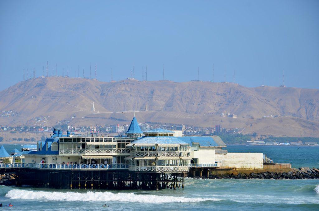 Foto do píer com o restaurante La Rosa Nautica, opção de onde comer em Lima Peru