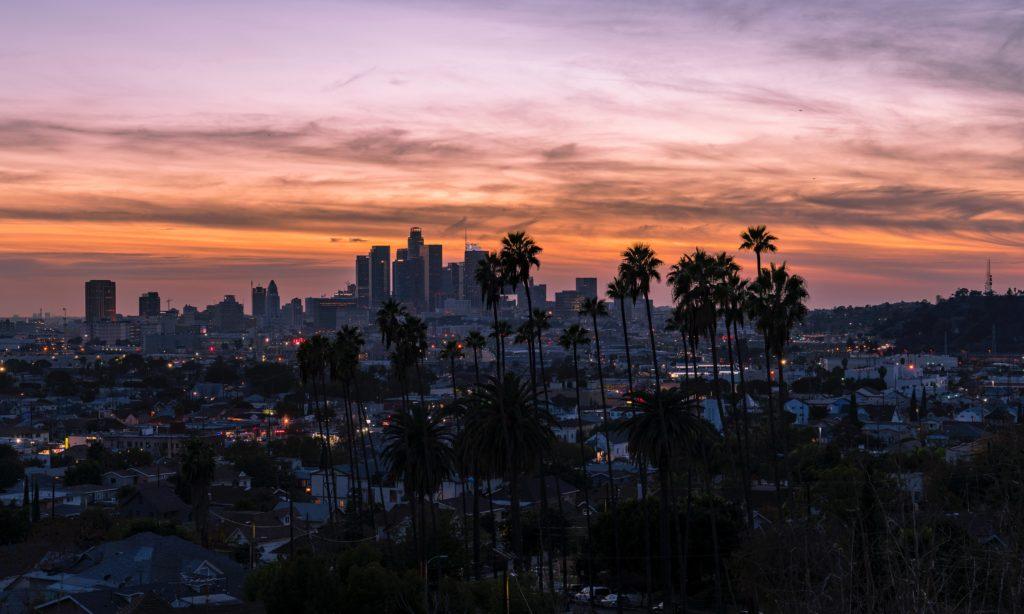 Foto panorâmica com vista para o centro urbano, cheio de prédios, de Los Angeles.