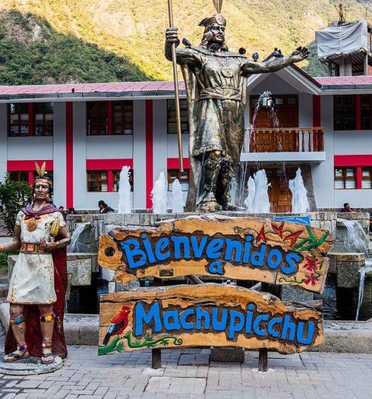 Placa de boas-vindas com duas estátuas em Aguas Calientes, ou Machu Picchu Pueblo