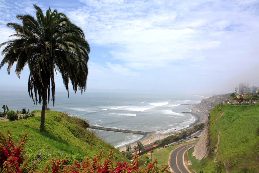 Foto de área mais alta no bairro Miraflores, em Lima, com vista para o mar.