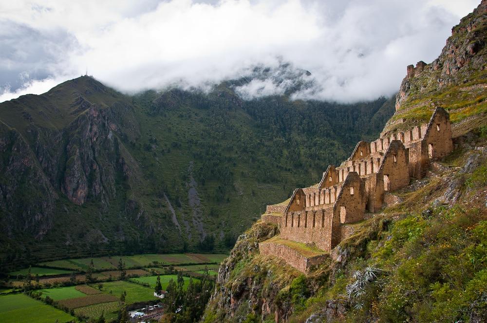Foto das ruínas incas em Ollantaytambo, no Vale Sagrado, uma das regiões de onde ficar em Machu Picchu