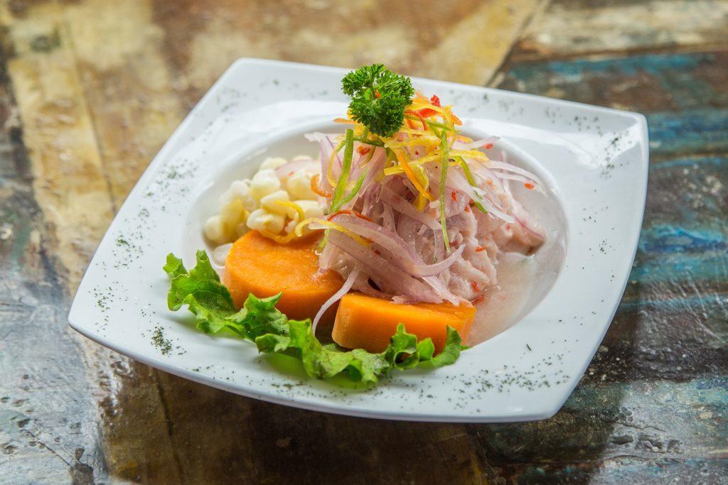 Foto de prato de ceviche, prato imperdível de o que comer em Lima