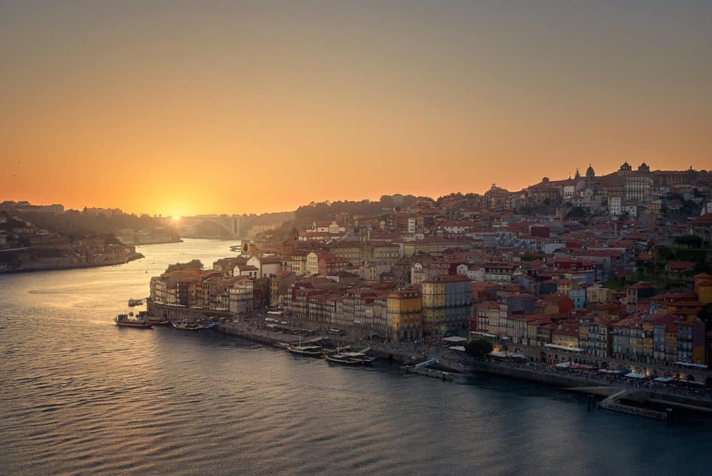 Pôr do sol na cidade do Porto