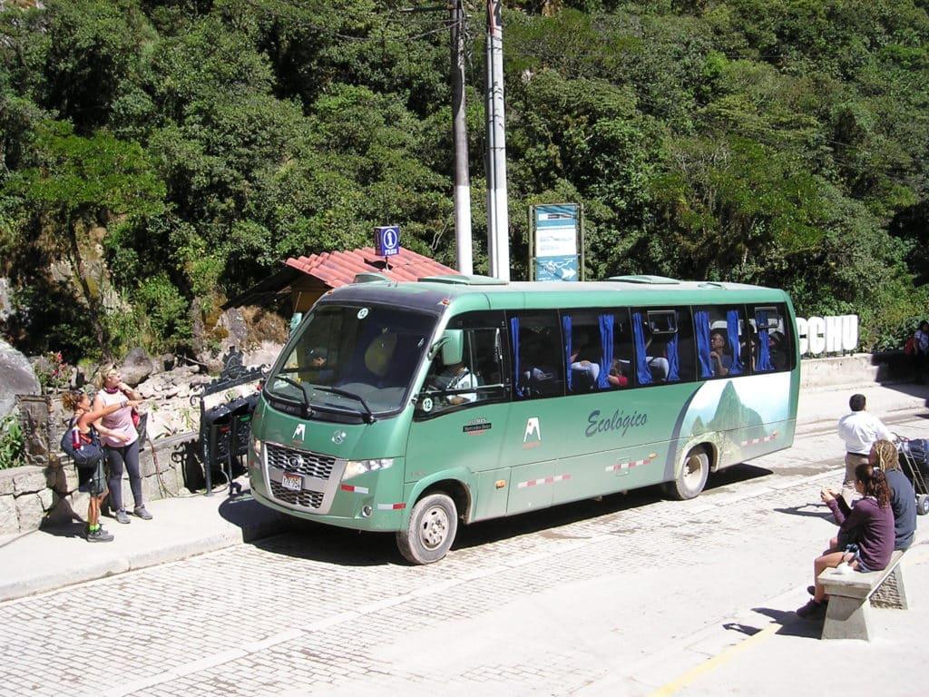 Foto de ônibus verde que faz o trajeto de como chegar em Machu Picchu