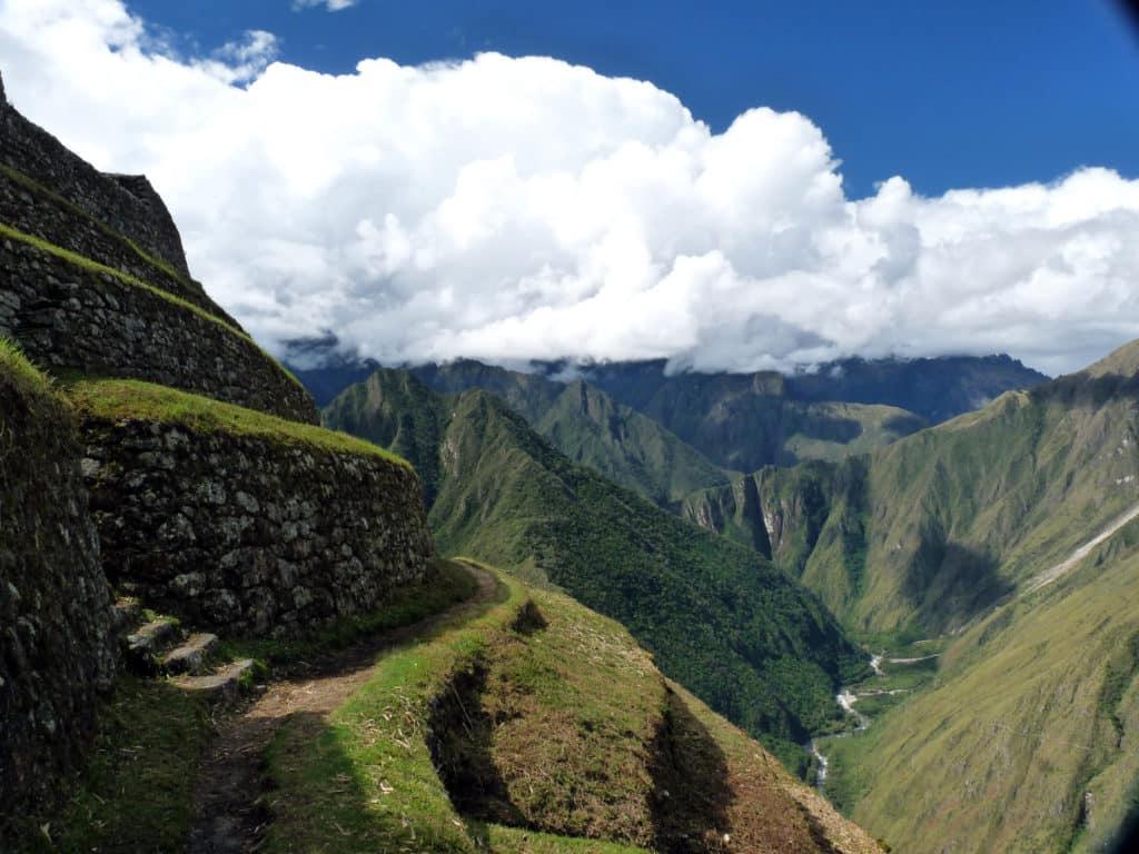 Foto de vista das montanhas andinas em parte da Trilha Inca Clássica