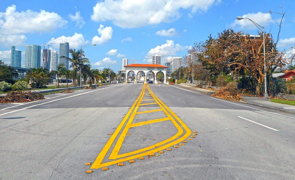 Foto de pedágio na estrada Venetian Causeway, onde quem alugar carros em Miami pode passar