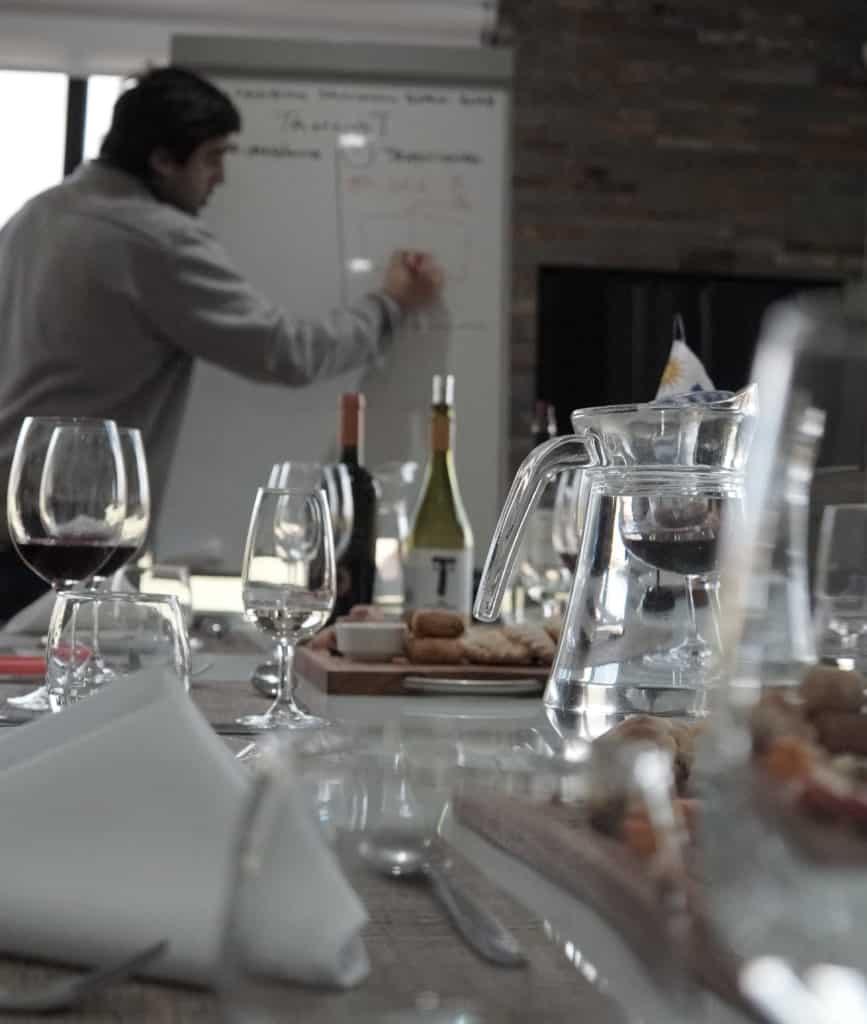 Muita explicação durante a degustação na Pizzorno Family Estates - vinicolas Uruguai