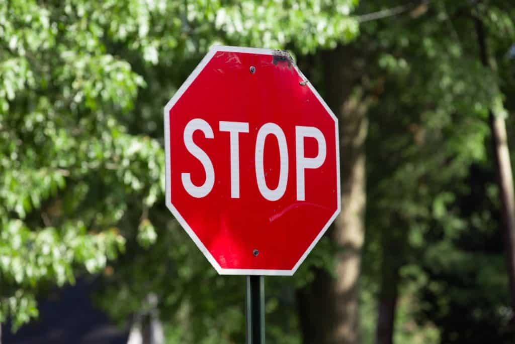 """Placa de """"Stop"""", indicativa de pare, nos EUA"""