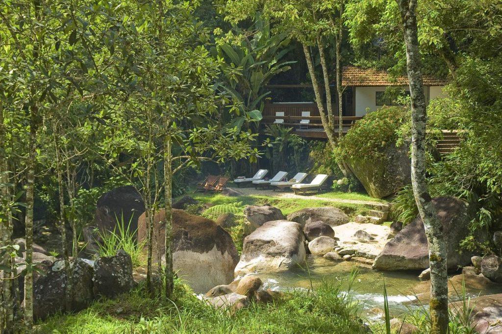 Area externa proxima ao riacho na Pousada Casa Bonita em Visconde de Maua