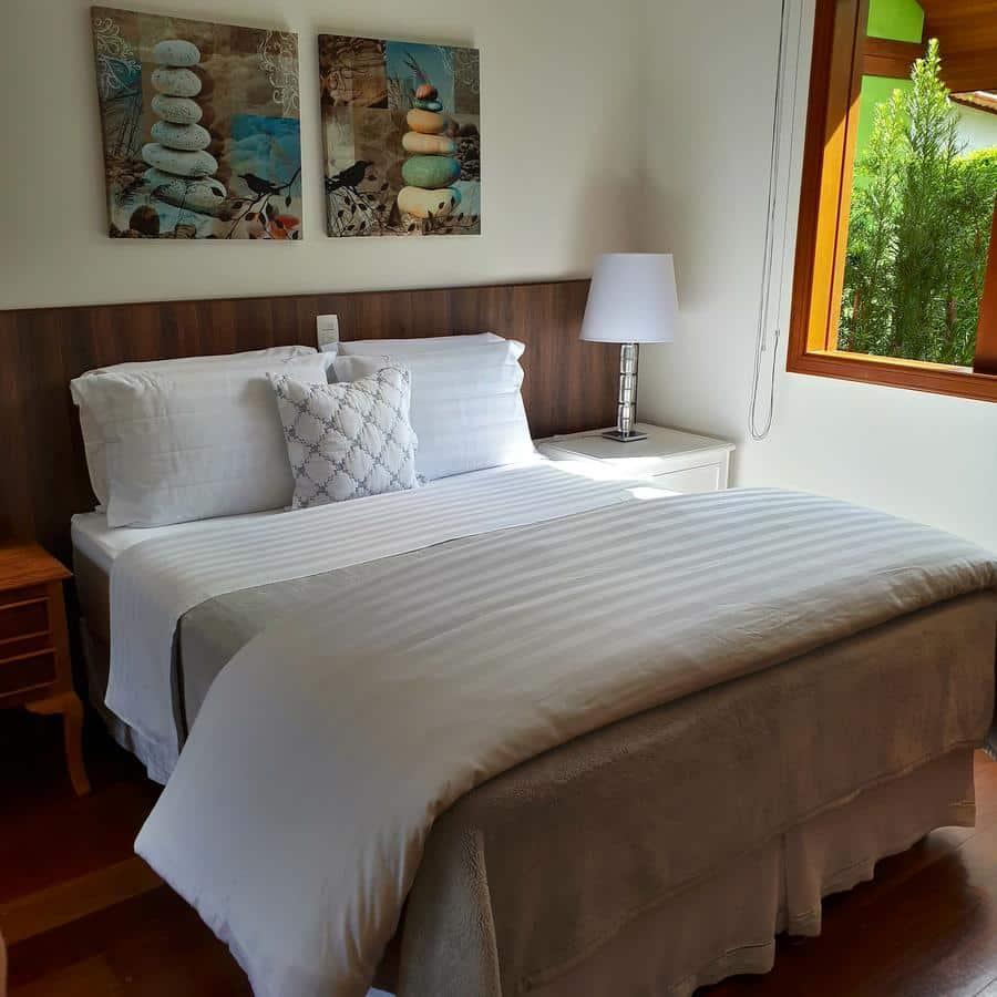 Quarto com cama de casal na Pousada Dellis - pousadas em visconde de maua
