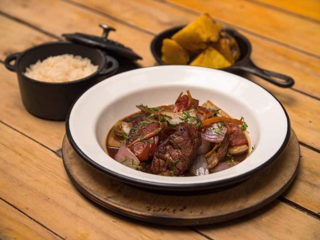 Prato de carnes, arroz e acompanhamento no restaurante Osso - onde comer em Lima Peru
