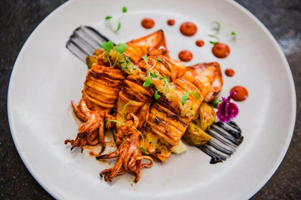 Prato de lula no Pescados Capitales, restaurante onde comer em Lima Peru