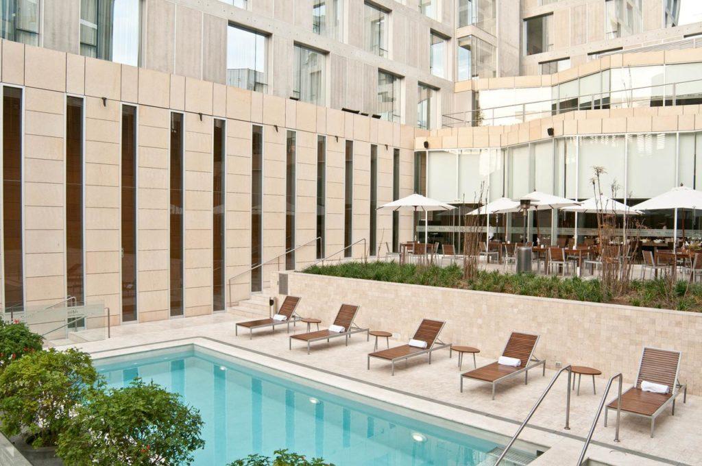 Foto de área comum na piscina do Hotel Pullman