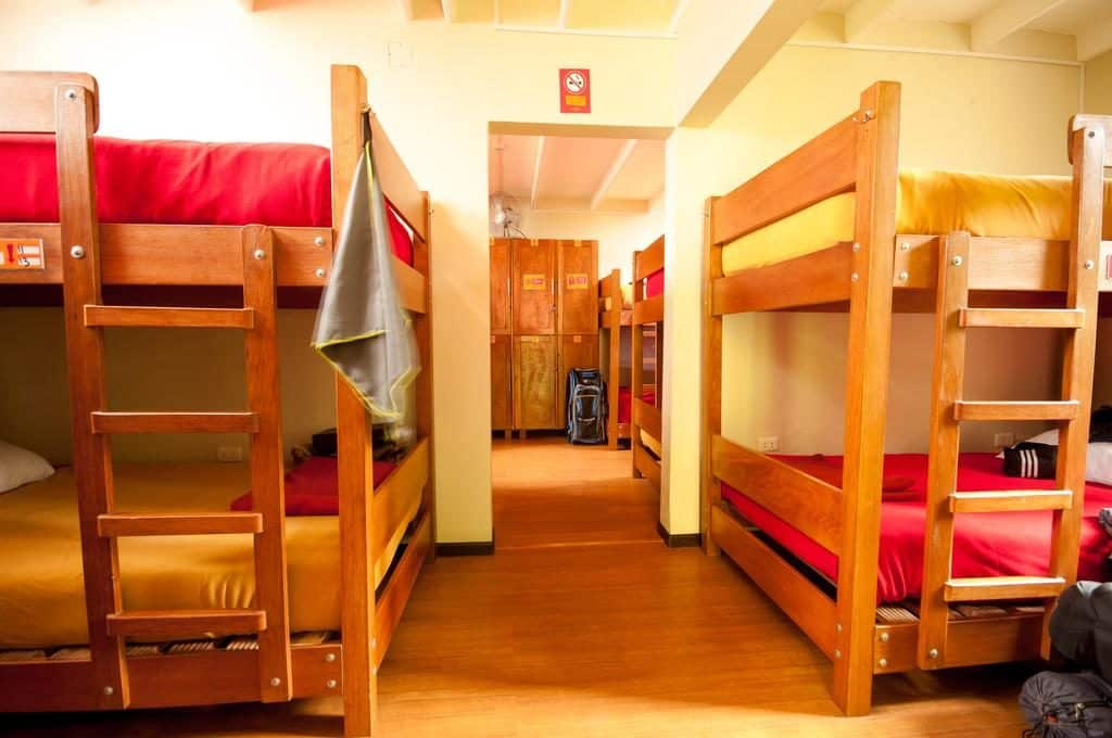 Beliches em quarto compartilhado do Pariwana Hostel, uma das opções mais populares entre os hoteis em Lima