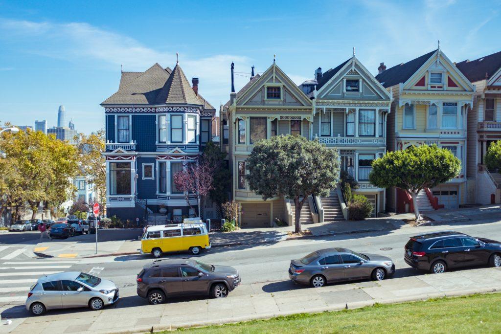 Foto de casinhas típicas das ruas em San Francisco, na Califórnia