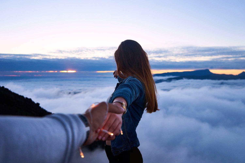 Capa do post sobre a Affinity Seguros de Viagem com mulher segurando a mão do fotógrafo