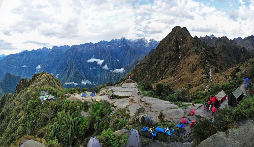 Foto de espaço onde acampamentos foram montados durante a Trilha Inca, uma das formas como chegar em Machu Picchu