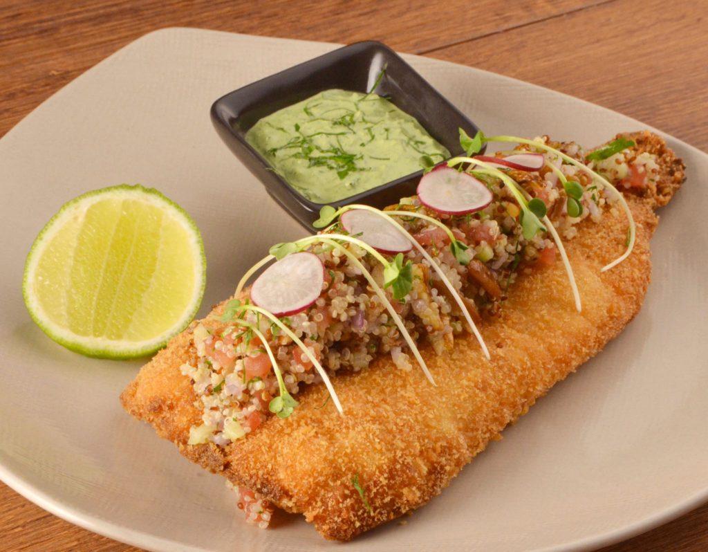 Foto de truta empanada com quinoa e acompanhamento de molho e limão no restaurante Nanka, onde comer em Lima