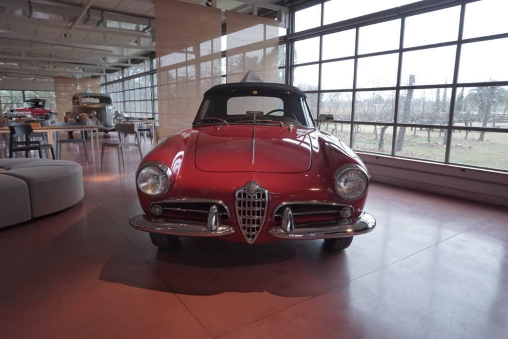 A Vinícola Bouza tem decoração com carros antigos, um charme