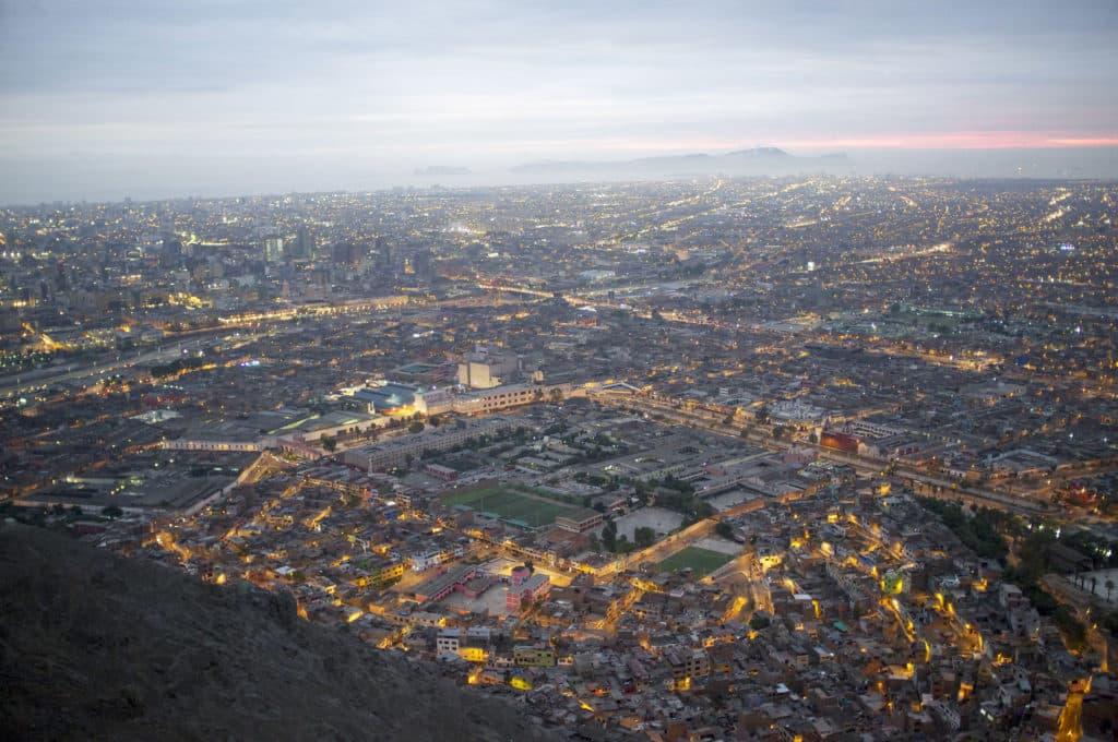 Vista aérea da capital do Peru, Lima, primeiro local onde se passa para chegar em Machu Picchu