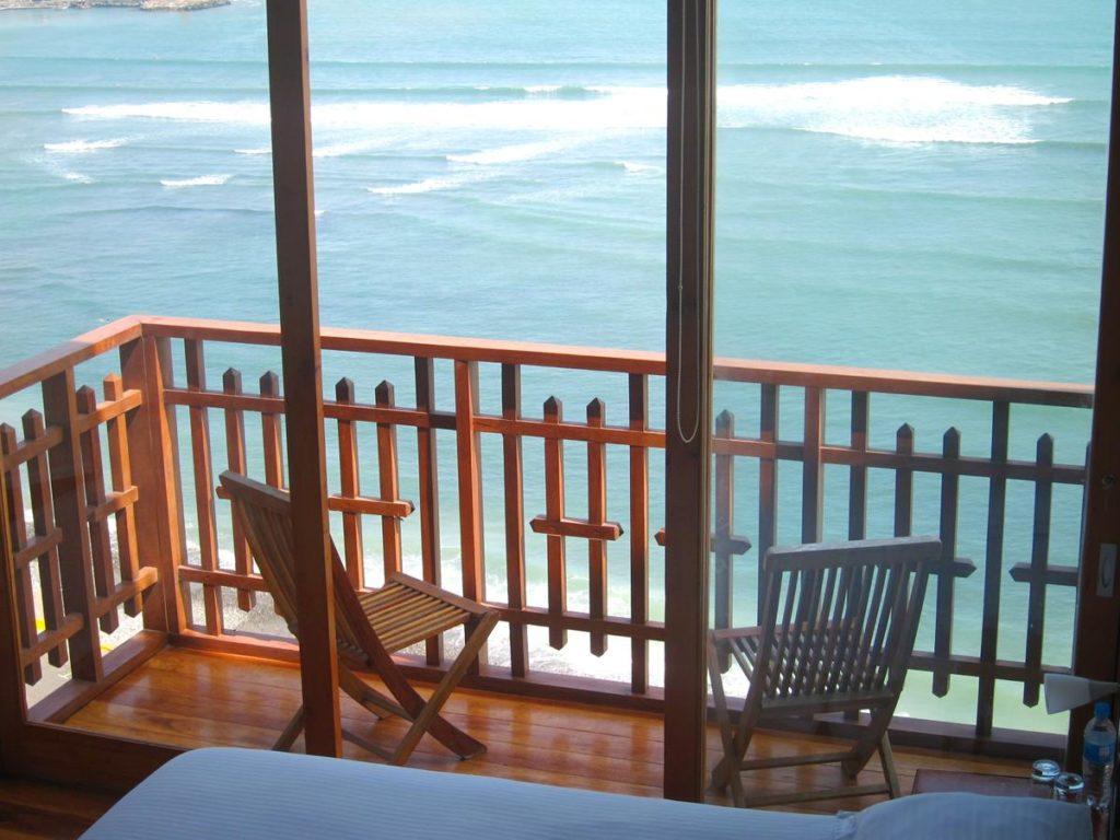 Sacada com vista para o mar no Second Home Peru, uma das opções de onde ficar em Lima
