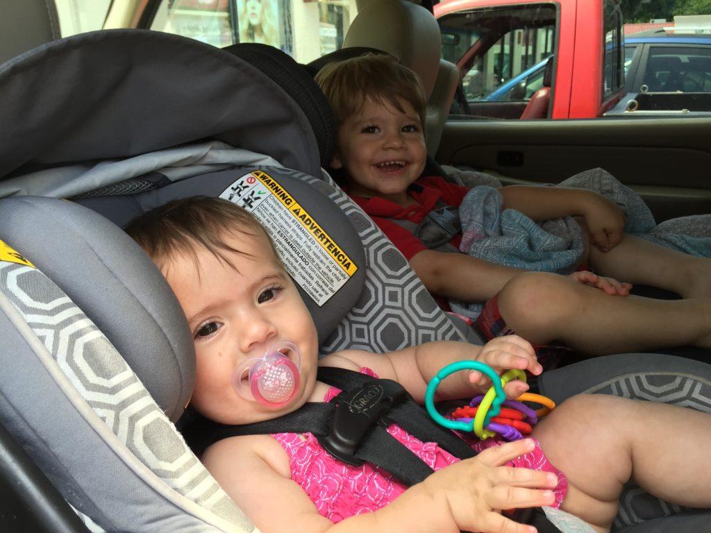 Foto de crianças em cadeirinha própria em carro, no post sobre aluguel de carros em Natal