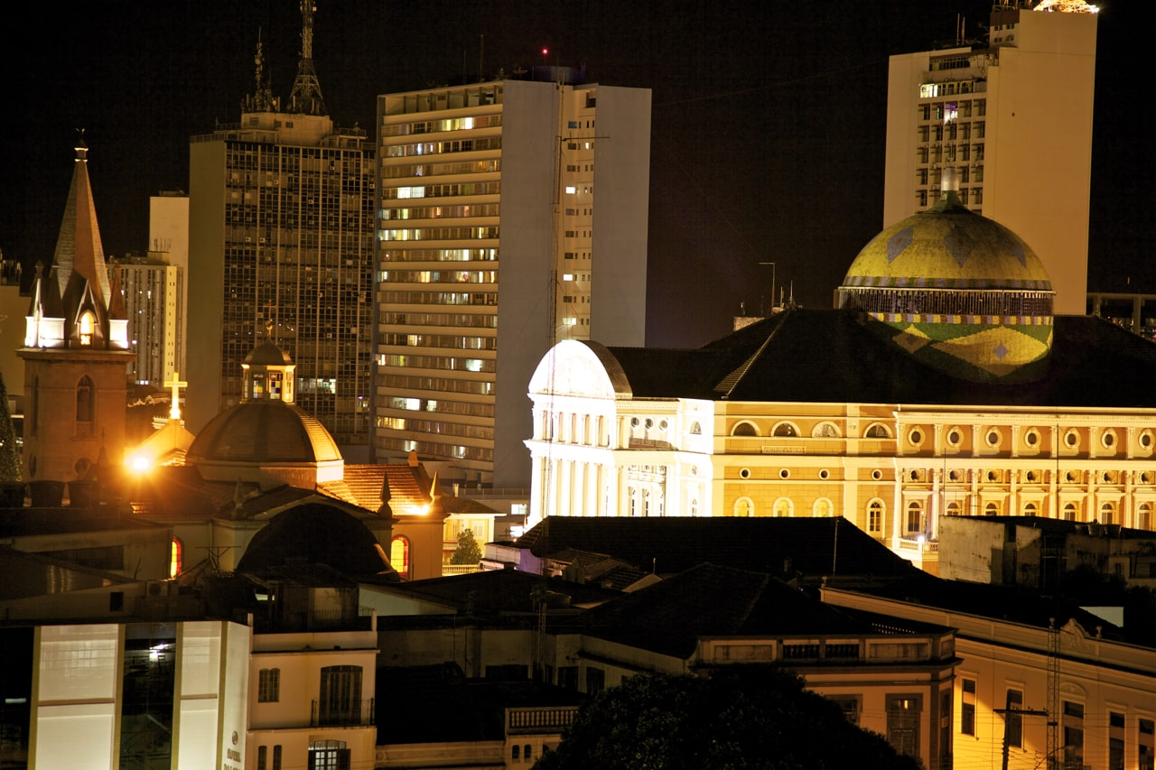Foto da capital do estado do Amazonas à noite, opção para aluguel de carros Manaus