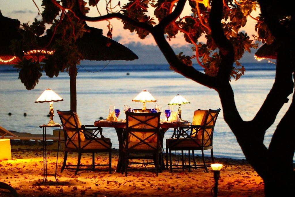 Que tal um jantar a luz de velas com vista para a praia? Uma lembrança inesquecível da sua lua de mel em Arraial do Cabo no Rio de Janeiro.