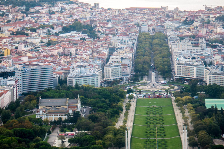 Vista aérea da Avenida Liberdade, em Lisboa, com grande área verde à vista.