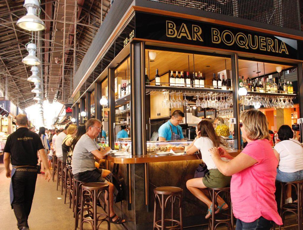 Foto de espaço do Bar Boqueria no mercado em Barcelona, com pessoas