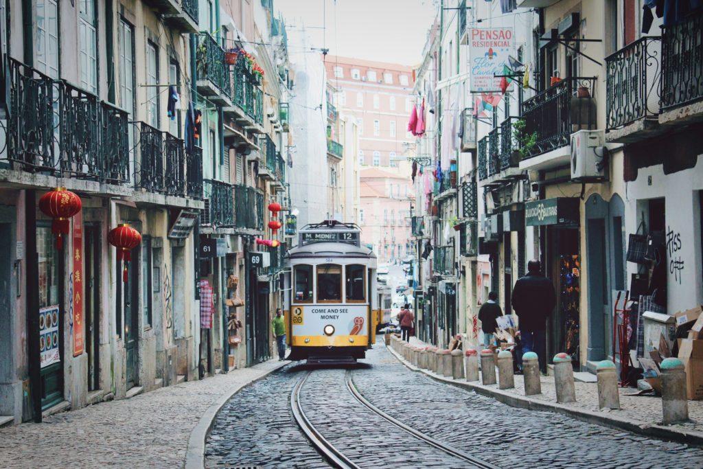 Trem no centro de Lisboa - não vale a pena alugar um carro em Portugal para quem vai conhecer somente uma cidade