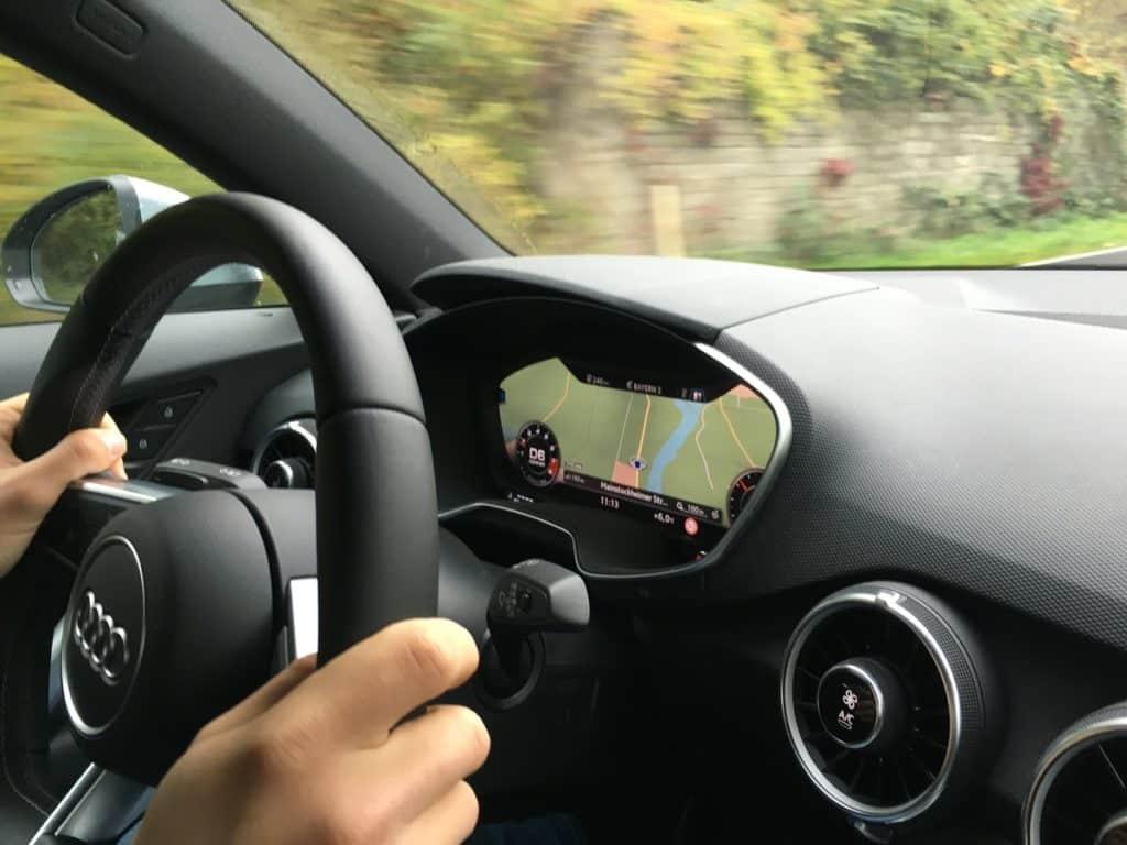Foto de pessoa em volante de veículo - aluguel de carros em Curitiba