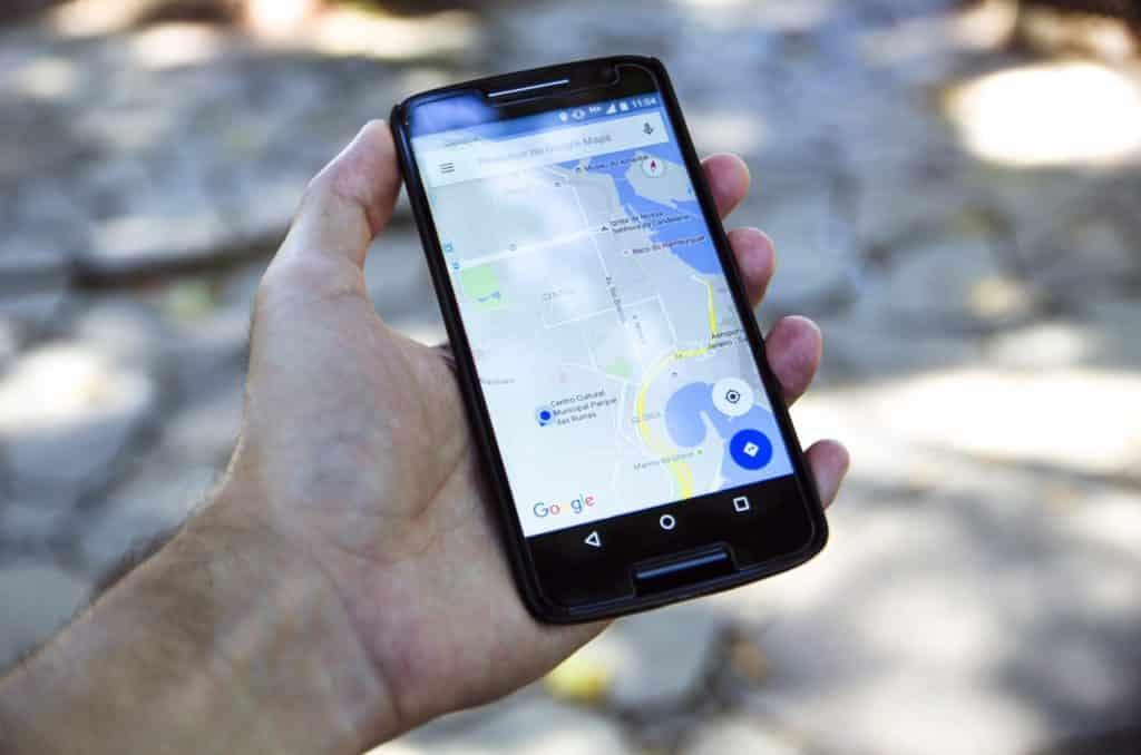 Pessoa segurando smartphone com GPS mobile aberto - post sobre aluguel de carros em Fortaleza