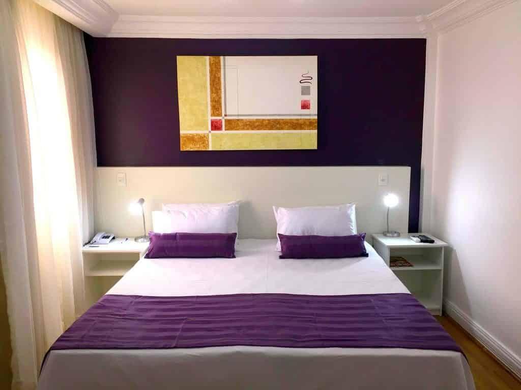 Foto de cama ampla em quarto do Century Paulista