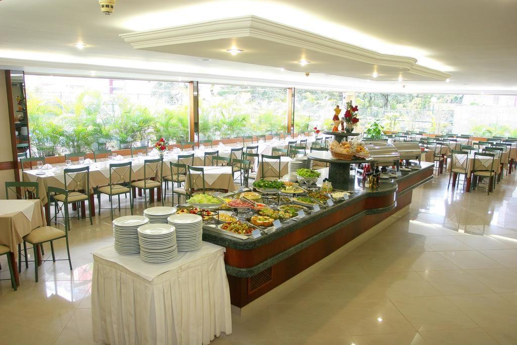 Buffet e mesas do restaurante do hotel prontos para o almoço