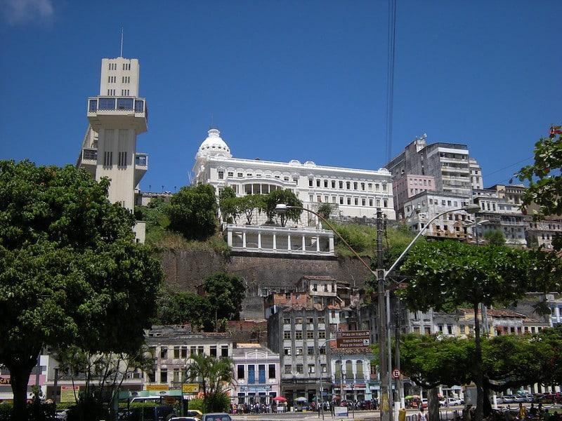 Vista da cidade alta e da cidade baixa de salvador, com o Elevador Lacerda ao lado esquerdo.