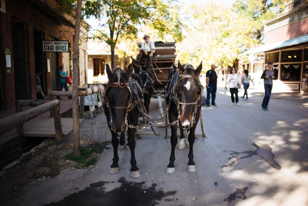 Charrete no Columbia State Historic Park, sendo puxada por dois cavalos