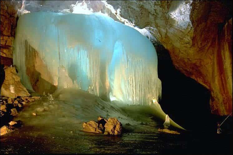 Uma das maiores cavernas de gelo, a Eisriesenwelt fica próximo a Salzburg