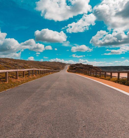 Vista de estrada na costa oeste de Portugal - aluguel de carro em Portugal