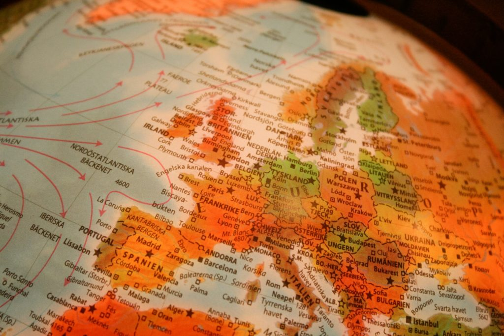 Foto de globo terrestre mostrando mapa da Europa