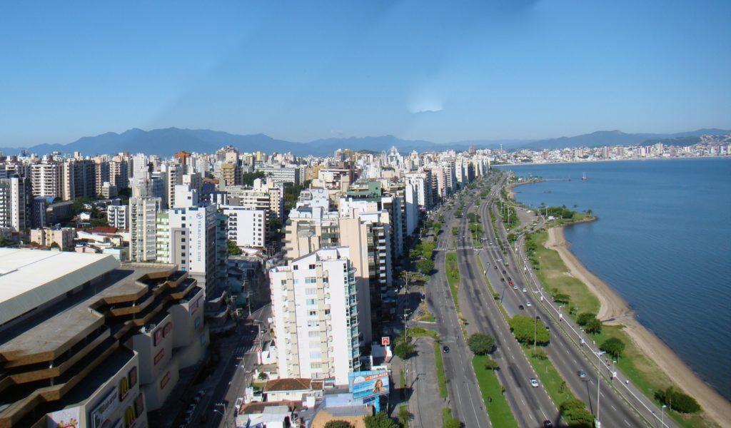 Orla na Avenina Beira Mar, onde uma boa dica é alugar um carro em Florianópolis para se locomover na cidade - lua de mel no brasil