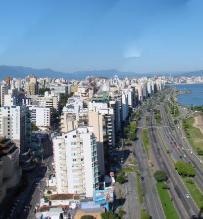 Orla na Avenina Beira Mar, onde uma boa dica é alugar um carro em Florianópolis para se locomover na cidade