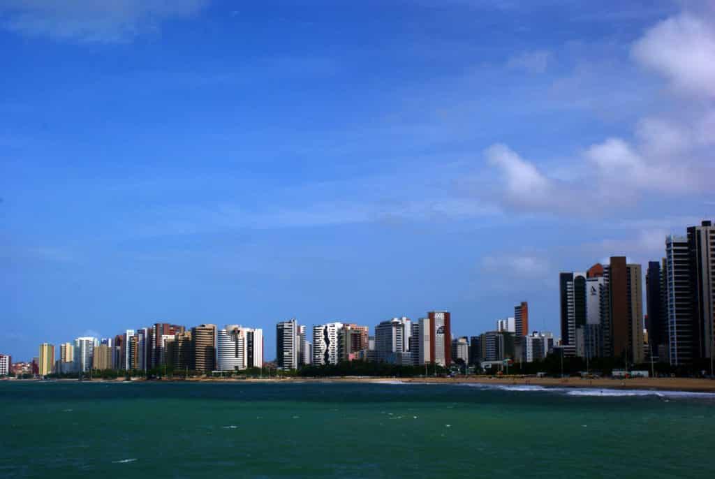 Vista da capital do Ceará, onde é possível alugar um carro em Fortaleza.