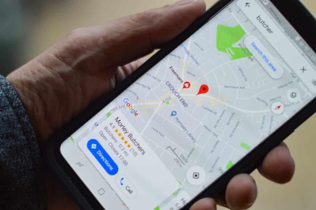 Celular com GPS nas mãos de uma pessoa