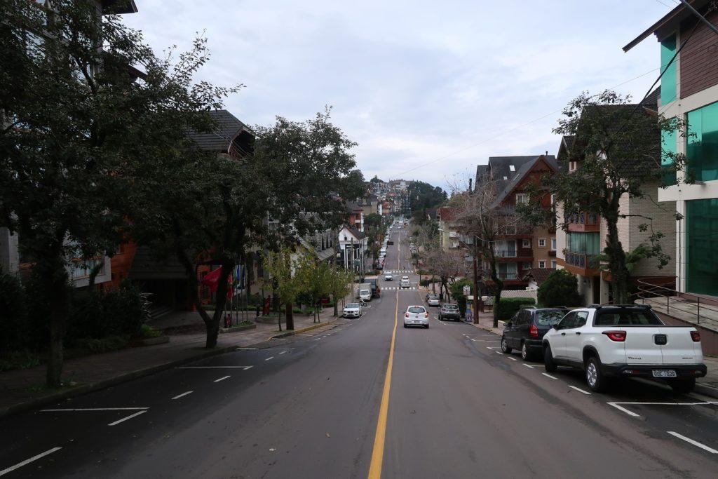 Foto de avenida em Gramado (RS), ilustrando post sobre aluguel de carro em Gramado