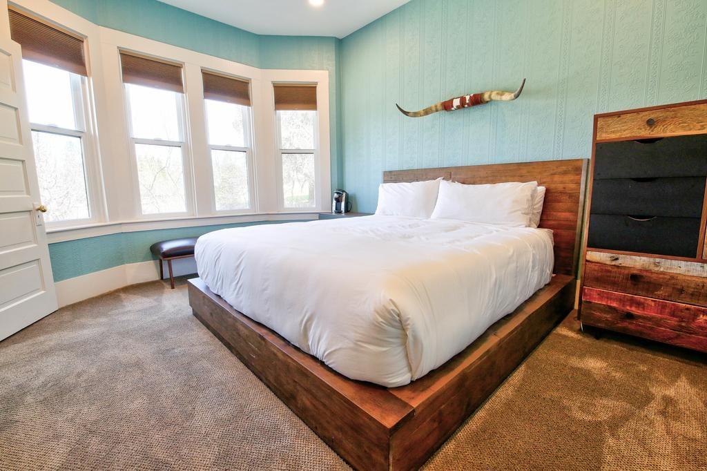 Foto de quarto amplo com cama e armário no The Groveland Hotel