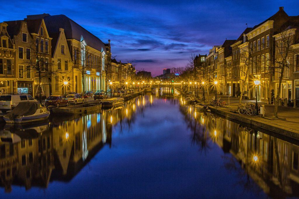 Os canais a noite em Amsterdam, a capital da Holanda