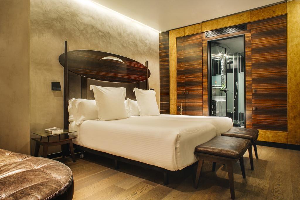 Foto de quarto do Hotel Bagués com cama ampla e armário