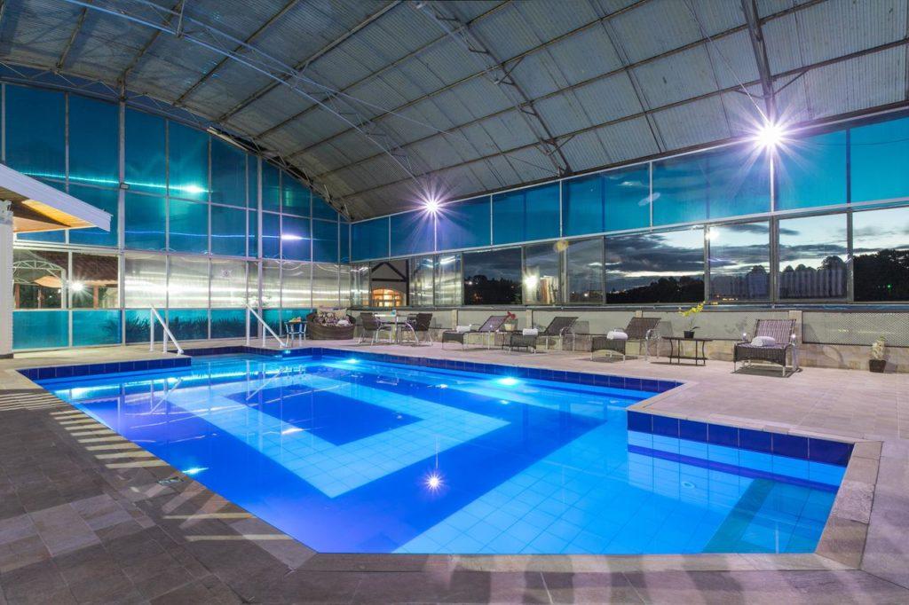 Área da piscina no Hotel Leão da Montanha em Campos do Jordão